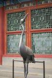 Brązowa statua żuraw Wyprostowywający Przed Chińskim Cesarskim lato pałac W Pekin Obraz Royalty Free