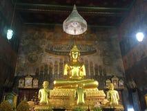 Brązowa statua Buddha I 3 ucznia w świątyni Dzwony, Bangkok fotografia royalty free
