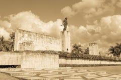 Brązowa statua Ernesto Che Guevara przy Mausole i pomnikiem obrazy stock