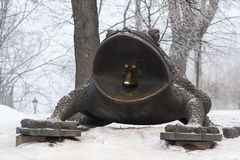 Brązowa statua Gigantyczny kumak obrazy royalty free