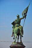 Brązowa statua rycerz na jego koniu z flaga w jego ręce obrazy stock