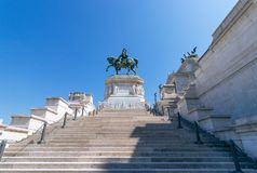 Brązowa statua zwycięzca Emmanuel II na Vittoriano Altare della fotografia royalty free
