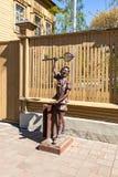 Brązowi pomnikowi baśniowi charaktery - Buratino blisko muzeum Zdjęcia Stock