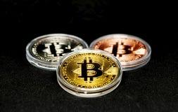 Brązowieje, srebra i złota bitcoins w ochronnej skrzynce, obrazy royalty free