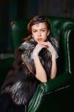 Brązowowłosa dziewczyna z włosianym akcesorium, rękawiczkami i futerkowym żakietem, Zdjęcia Royalty Free