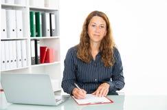 Brązowowłosy bizneswoman w biurze obraz stock