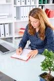 Brązowowłosy bizneswoman w biurze obraz royalty free