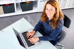 Brązowowłosy blond bizneswoman z komputerem obraz royalty free