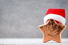 Brązowy gwiazdowy und Santa kapelusz Boże Narodzenie wzór Tło na Obrazy Stock