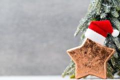 Brązowy gwiazdowy und Santa kapelusz Boże Narodzenie wzór Tło na Zdjęcia Stock