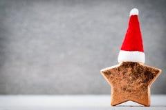 Brązowy gwiazdowy und Santa kapelusz Boże Narodzenie wzór Tło na Zdjęcia Royalty Free