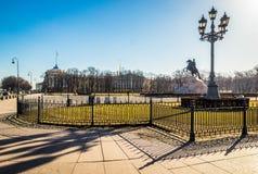 Brązowy jeździec jest equestrian statuą Wielkim w budynku i latarni ulicznej z cieniem w święty Peter senata kwadrata, admiralicj obraz stock
