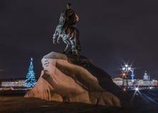 Brązowy jeździec zabytek Peter Wielki nowego roku drzewo i widok bulwar na nocy Styczeń 3, 201 zdjęcie royalty free