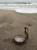Brązowy kompas na plaży na dennym tle Obrazy Royalty Free