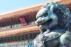 Brązowy lew przed pałac muzeum w Pekin, Chiny obraz stock