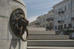Brązowy lew w starym grodzkim zabytku mosiężny pierścionek Schodki fotografia royalty free