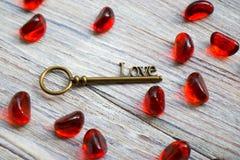 Brązowy retro klucz z słowo miłością na białym drewnianym tle, miejsce pod tekstem, karta dla walentynka dnia, wakacyjny pojęcie obrazy royalty free