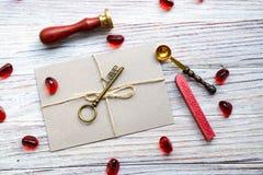 Brązowy retro klucz z słowo miłością na białym drewnianym tle, miejsce pod tekstem, karta dla walentynka dnia, wakacyjny pojęcie obraz stock