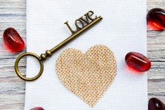 Brązowy retro klucz z słowo miłością na białym drewnianym tle, miejsce pod tekstem, karta dla walentynka dnia, wakacyjny pojęcie zdjęcie stock