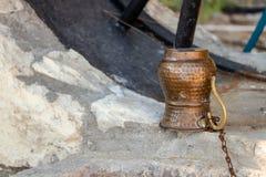 Brązowy wodny miotacza zbliżenia krótkopęd na kamień wodzie noir zdjęcia royalty free