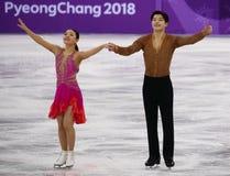 Brązowych medalistów Maia Shibutani andI Alex Shibutani Stany Zjednoczone wykonuje w Drużynowym wydarzenie lodu tana skrótu tanu Obrazy Stock