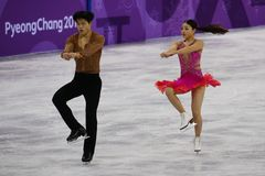 Brązowych medalistów Maia Shibutani andI Alex Shibutani Stany Zjednoczone wykonuje w Drużynowym wydarzenie lodu tana skrótu tanu Zdjęcie Stock