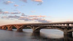 Br?cke ?ber einem breiten Fluss Der Dnieper-Fluss in Kiew, Ansicht der 'Brücke stock footage