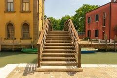 Br?cke ?ber einem Kanal in Venedig, Italien stockfotografie