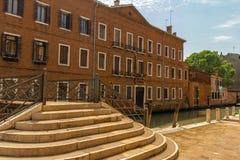 Br?cke ?ber einem Kanal in Venedig, Italien stockbilder