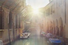 Br?cke ?ber Kanal Rio Della Maddalena Venedig Italien lizenzfreies stockbild