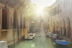 Br?cke ?ber Kanal Rio Della Maddalena Venedig Italien lizenzfreie stockbilder