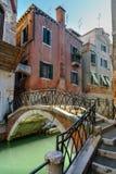Br?cke ?ber Kanal Rio Della Maddalena Venedig Italien stockbilder