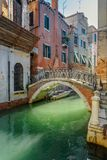 Br?cke ?ber Kanal Rio Della Maddalena Venedig Italien lizenzfreie stockfotografie