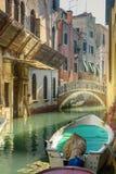 Br?cke ?ber Kanal Rio Della Maddalena Venedig Italien lizenzfreie stockfotos