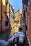 Br?cke ?ber Kanal Rio Della Maddalena Venedig Italien stockfotografie