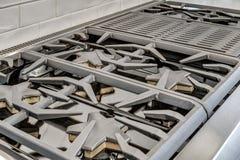 Brûleurs à gaz et gril dans la cuisine de luxe Images stock