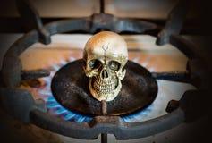 Brûlez le crâne sur la cuisinière à gaz, toujours style de vie Photo stock
