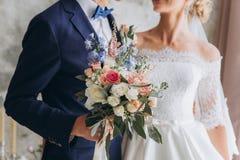 Br?llopbukett, floristics, med bl?a och rosa blommor royaltyfria foton
