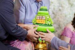 Br?llopceremoni i thail?ndsk kultur Blomma- och stearinljusdesign p? magasinet f?r bruden och brudgummen som betalar respekter ti arkivbilder