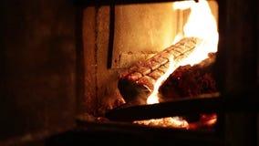 Brûlure de bois de chauffage dans le four banque de vidéos