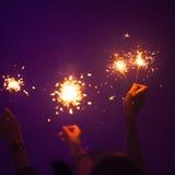 Brûlure de cierges magiques dans des mains de personnes Photos libres de droits