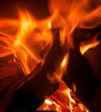 Brûlure de flammes dans un feu Image stock