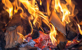 Brûlure de morceaux d'arbre dans le four Photographie stock