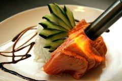 Brûlure de torche de cuisine sur des saumons Photographie stock