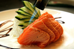 Brûlure de torche de cuisine sur des saumons Image libre de droits