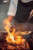Brûlure du feu, faisant cuire sur la casserole de fer Photo libre de droits