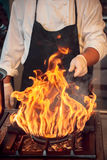 Brûlure du feu, faisant cuire sur la casserole de fer Photographie stock