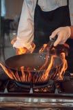 Brûlure du feu, faisant cuire sur la casserole de fer Photos libres de droits