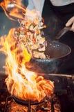 Brûlure du feu, faisant cuire sur la casserole de fer Images libres de droits