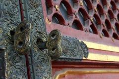 Brązów klucze dla drewnianego drzwi Zdjęcia Royalty Free